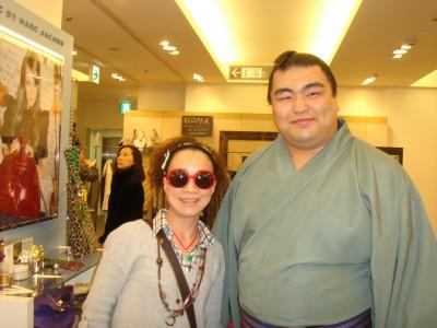 妈妈和相扑运动员合影